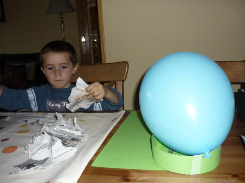 2) Inflamos un globo y con una tira de cartulina, medimos el contorno de nuestra cabeza