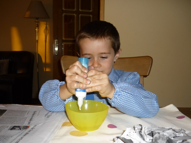 4) Aseguramos tener mucho pegamento! y lo vamos pegando por el globo con ayuda de un pincel.