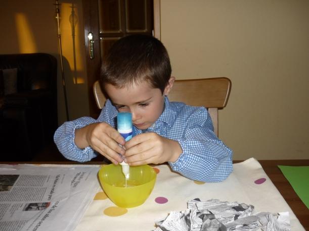3) Preparamos la mezcla de pegamento: mitad agua y mitad de cola de pegar (la blanca)