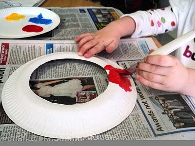 """1) Recortamos el centro de los platos para que nos queden nuestros """"aros"""". A continuación los pintamos de los colores que más nos gusten!"""