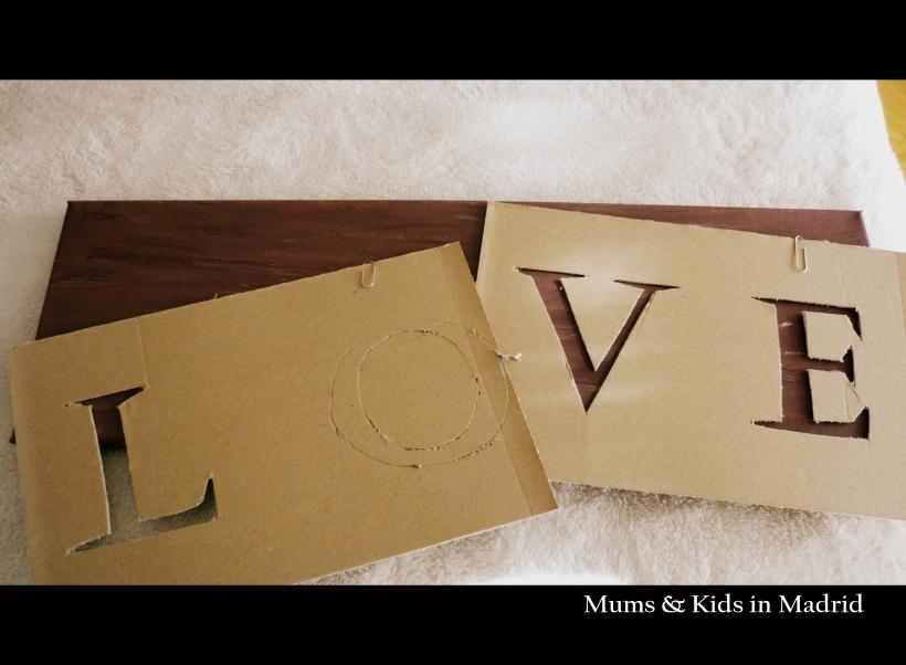Marcamos las letras en carton y recortamos